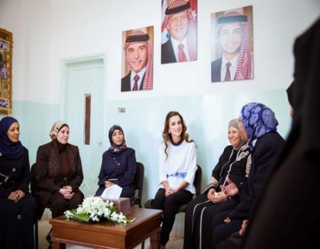 جلالة الملكة رانيا العبدالله تطلع على أنشطة جمعية سيدات خريبة السوق