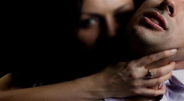 شاهد مجموعة نساء يغتصبن شاباً في بريطانيا