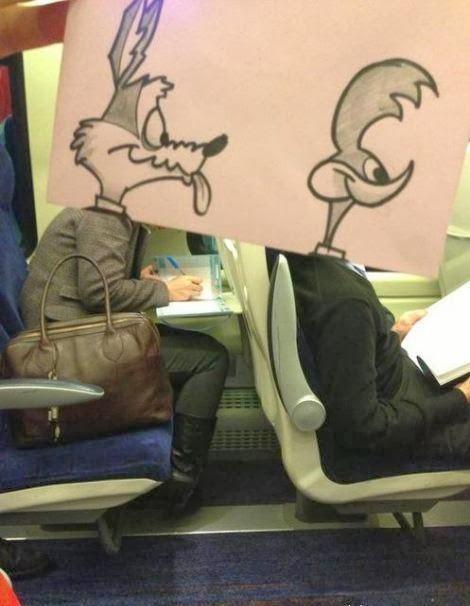 رسام فنان ينشر المرح بين زملائه المسافرين ويحول رؤوسهم الى شخصيات كرتونيه