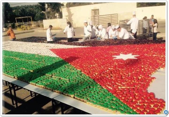 قطع حلوى على شكل علم الاردن بمناسبة عيد الاستقلال
